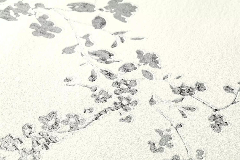 Fehér alapon fekete, ezüst virág mintás tapéta
