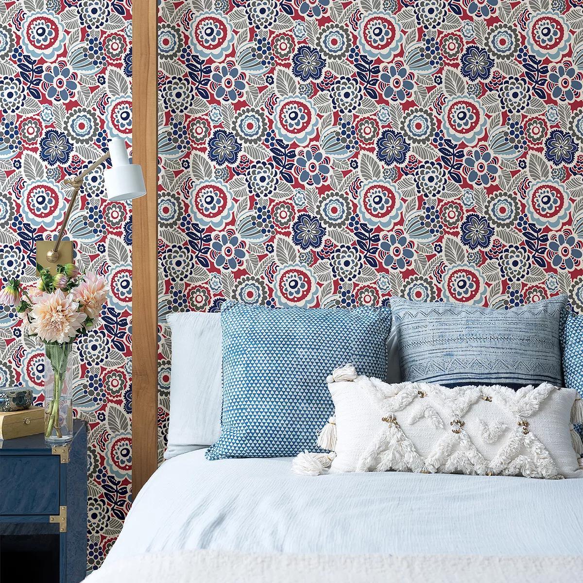 Piros kék virágmintás vlies dekor tapéta rajzolt skandináv stílusú virágmintával