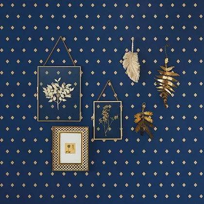 Sötétkék geometrikus mintás vlies tapéta arany rombusz mintákkal