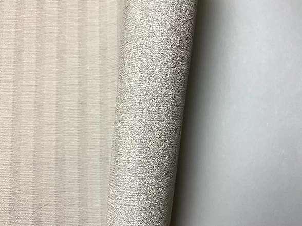 Szürke vékony csíkos struktúrált felületú vlies dekor tapéta
