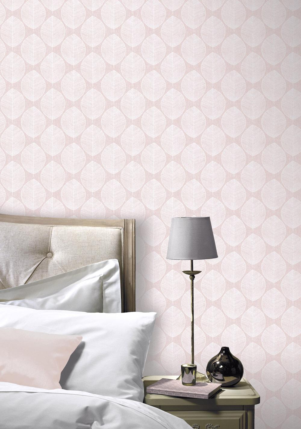 Tapéta pasztell rózsaszín alapon skandináv levélmintával
